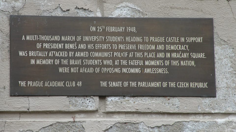 Placa en el lugar de la manifestación de estudiantes,  profesores y periodistas en 1948,  foto: Tereza Kalkusová