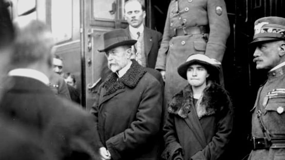 TGM bajándose del tren en Tábor en su regreso del exilio,  foto: Josef Jindřich Šechtl,  CC BY-SA 3.0