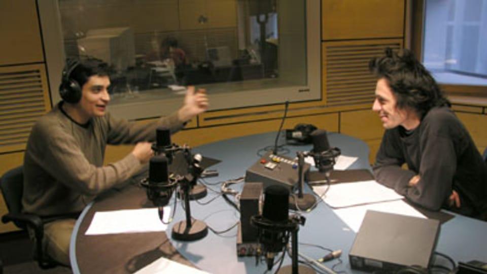 Ambos locutores siguen gesticulando durante la grabación