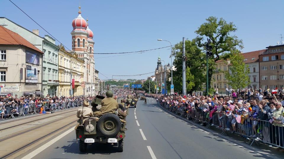 Miles de personas dieron la bienvenida en el centro de Pilsen al Convoy de la Libertad,  formado por más de 220 piezas de aparatos militares. En la Fiesta de la Libertad participaron veteranos estadounidenses y belgas. Entre ellos se…