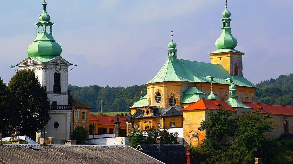 Zona de peregrinación con la iglesia de la Visitación de la Virgen María con sacristía y campanario en Horní Police,  foto: Stanislav Dusík,  CC BY-SA 4.0