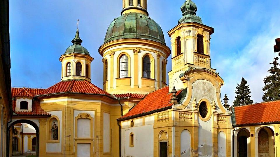 Zona de peregrinación con la iglesia de Nuestra Señora de la Victoria de Bílá Hora,  en Praga,  foto: VitVit,  CC BY-SA 4.0