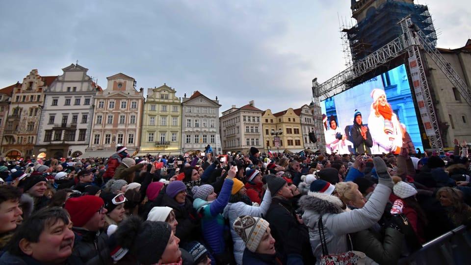 Los checos dieron la bienvenida en la Plaza de la Ciudad Vieja de Praga a la estrella de los Juegos Olímpicos: la doble medallista de oro Ester Ledecká,  foto: Ondřej Tomšů