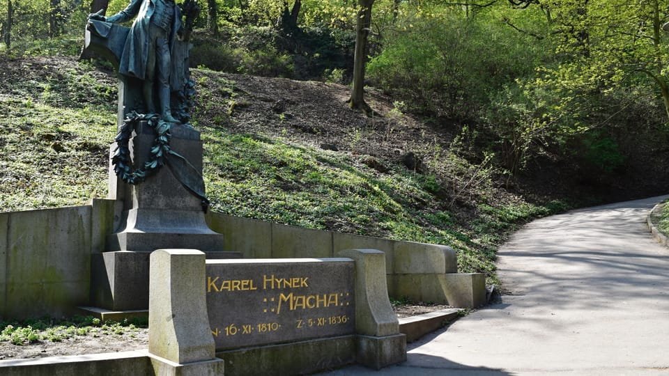 El monumento al poeta Karel Hynek Mácha es un popular punto de encuentro de los praguenses enamorados durante el primero de mayo. Foto: Ondřej Tomšů