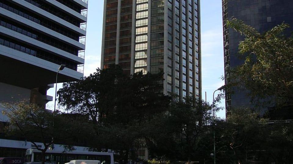 La Torre Madero,  uno de los edificios del conjunto Catalinas Norte del barrio de Retiro,  en Buenos Aires,  Argentina,  fuente: Elsapucai / public domain
