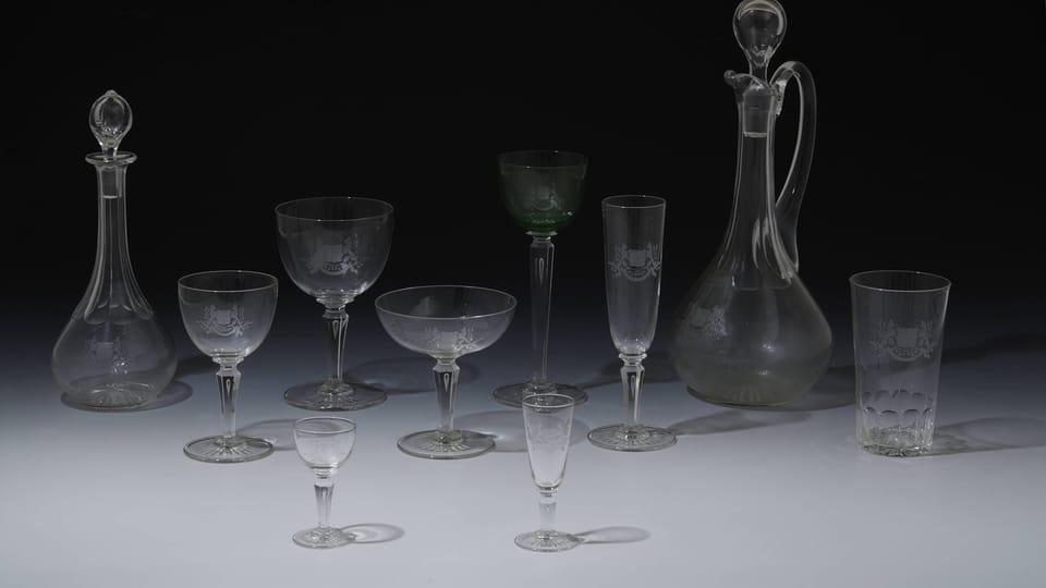 La vajilla la completan piezas de cristalería robusta de la marca Moser con símbolos del Estado tallados,  foto: © Colección del Castillo de Praga,  Jan Gloc