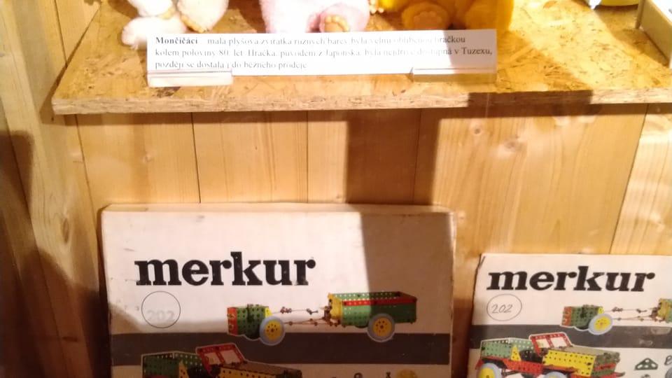 Monchichis y el juego de construcción Merkur,  foto: Dominika Bernáthová