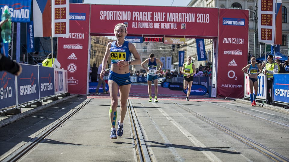 Eva Vrabcová-Nývltová llegó a la meta de la vigésima Media Maratón de Praga con un nuevo récord checo de 1:11:01. Foto: Press Service RunCzech