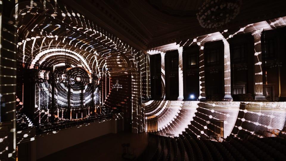 Festival Signal en invierno: La orquesta sinfónica de la Radiodifusión Checa ilumina el Rudolfinum de Praga. El videomapping se trasladó de la plaza a la sala de conciertos. Foto: Dušan Vondra,  ČRo