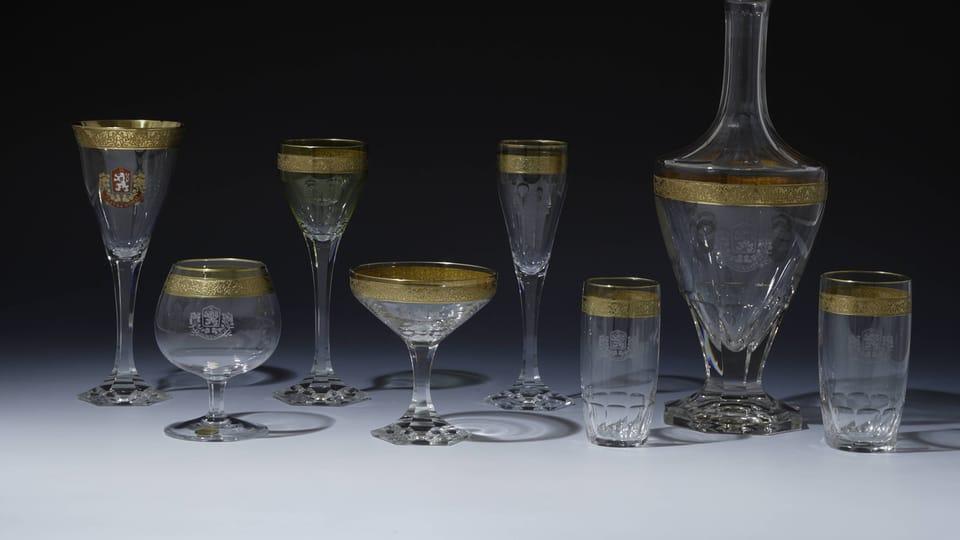 Piezas de cristal grabadas con símbolos de Eslovaquia y una cinta dorada de los años 1919-1920,  foto: © Colección del Castillo de Praga,  Jan Gloc