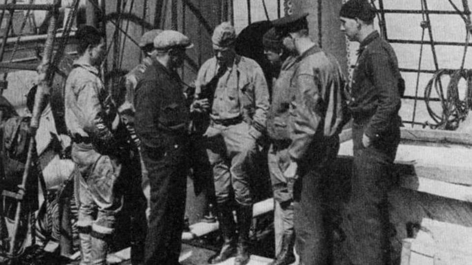 Václav Vojtěch  (el primero de la derecha),  el barco City of New York,  foto repro: Námořníkem,  topičem a psovodem,  1968