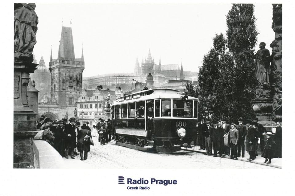 Un tranvía pasa por el puente de Carlos  (1905-1908),  foto: Archivo de la Empresa de Transporte Público de Praga